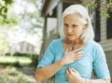 Болі під грудьми: причини, діагностика та лікування